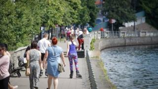 مجموعة من المواطنين يسيرون في حديقة