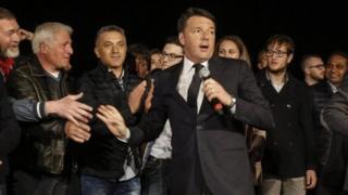 """Matteo Renzi ayaa sheegay in loo dhiibay """"masuuliyad aan caadi ahayn""""."""
