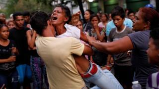 Родственники заключенных возле полицейского участка в Венесуэле