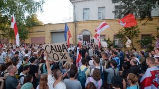 Partidarios de la oposición participan en una protesta frente a la prisión donde Sergei Tikhanovsky está detenido en Minsk.