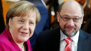 Merkel ve Schulz görüşme öncesinde gülümseyerek poz verdi
