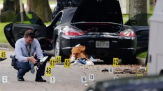 Houston'da olay yerinde inceleme yapan bir polis