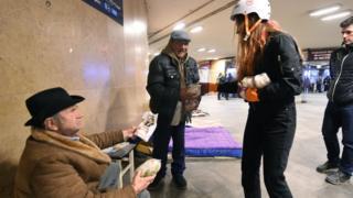 Studenti dele hranu beskućnicima