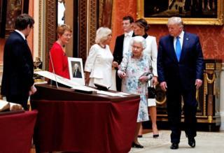 举行私人午宴后,女王在白金汉宫画廊向特朗普和第一夫人展示王室艺术收藏品。