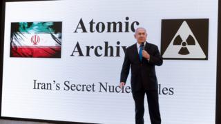 نتانياهو خلال عرضه لما وصفها بالنشاط النووي السري لإيران في وزارة الدفاع الاسرائيلية عام 2018