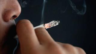 Hombre fumando.