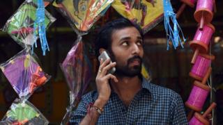मोबाईलवर बोलणारा माणूस