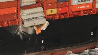 Imagen tomada por un guardacostas holandés que muestra los contenedores cayendo desde el MSC Zoe al mar