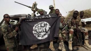 vojnici drže zastavu Boko Harama