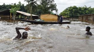 Pipo dey swim inside flood wey happun for Abijan