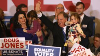 Nghị sỹ tân cử Đảng Dân chủ Doug Jones vẫy chào người ủng hộ trong đêm bầu cử tại Khách sạn Sheraton ở Birmingham, Alabama hôm 12/12