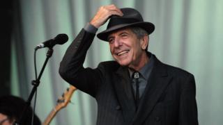 Leonard Cohen yn perfformio yng ngŵyl Glastonbury yn 2008