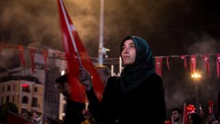 トルコの主要都市では、エルドアン大統領の支持者集会が続けられている(19日、イスタンブールで)