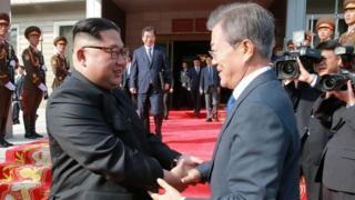 「電撃的に行われた」2度目の南北首脳会談に臨む、北朝鮮の金正恩委員長と韓国の文在寅大統領(26日、板門店)