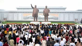 朝鮮民眾集體到平壤萬壽台拜謁金日成、金正日銅像(朝中社圖片9/9/2017)