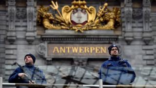 Policías belgas en Amberes.