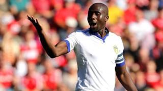 Selon le patron du club Neil Warnock, le club a reçu des offres pour revendre l'Ivoirien de 32 ans mais il a décidé de prolonger son contrat.