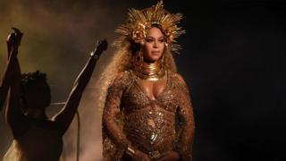 碧昂丝与金·卡戴珊等明星仿拟圣母玛利亚形象的孕照在网上广为流传 。