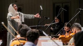 تمرین ارکستر ملی ایران به رهبری نزهت امیری رهبر میهمان در تالار وحدت برگزار شد.