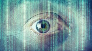 Un ojo mirando fijamente al frente