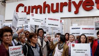 Митинг против ареста журналистов Cumhuriyet