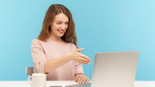 Chica usando computadora