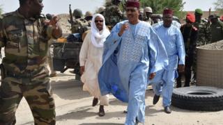Le ministre de l'Intérieur, Mohamed Bazoum en visite dans un camp de l'armée à Bosso, dans le Sud du Niger, le 17 juin 2016, au lendemain d'une attaque de Boko Haram.