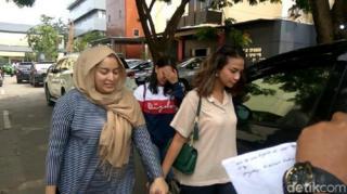 Vanessa Angel (kanan) mendatangi Polda Jawa Timur sebelum meninggalkan Surabaya untuk kembali ke Jakarta, Senin (7/1).