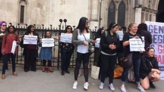معترضان به جداسازی پسران و دختران در مدارس در مقابل دادگاه
