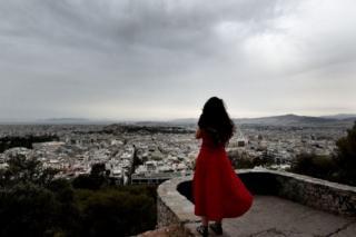 Mujer mira a Atenas.