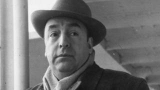 Pablo Neruda aparece de chapéu e roupa de frio olhando para o lado em foto datada de 1952