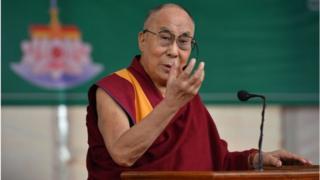 """达赖喇嘛在印度班加罗尔市的""""西藏高等教育学院""""发表讲话强调,藏人应该延续下来的藏族古老文明智慧,同世界分享、利益各方。"""