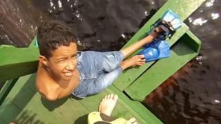 Leonardo Souza se prepara para nadar com botos