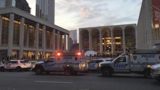 Mobil polisi di depan Opera Metropolitan New York setelah seseorang menebar bubuk misterius di orkestra