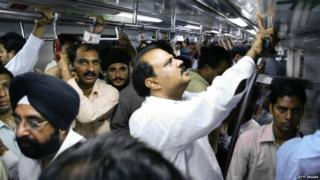बस असो वा मेट्रो, गर्दी ही अनेकदा पुरुषांसाठीही शोषणाचं ठिकाण बनू शकतं