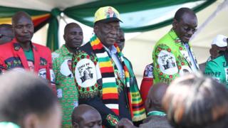 Prezida Mnangagwa (hagati) yariko yiyamamariza amatora yo mu kwezi kuza