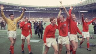 Inglaterra celebra su victoria en la final del Mundial de 1966, contra Alemania Occidental.