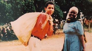 Barack Obama y su abuela en Kenia.