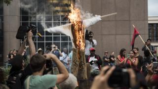 Чучело Трампа было сожжено в Миннеаполисе во время протеста против проявлений расизма в августе 2017 г