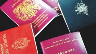 عدد من جوازات السفر