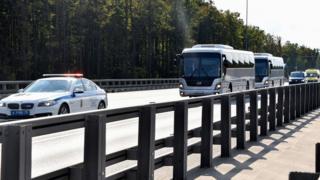 два автобуса с полицейским сопровождением
