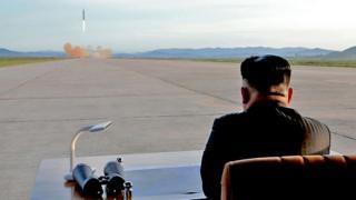 지난해 9월 '화성-12형' 발사 장면 지켜보는 북한 김정은 위원장