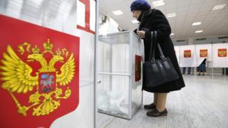 Moskova'da yaşlı bir kadın oy kullanıyor.
