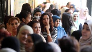 نساء اصطففن في أحد مراكز الاقتراع في القاهرة أثناء الانتخابات البرلمانية في نوفمبر/تشرين الثاني 2015