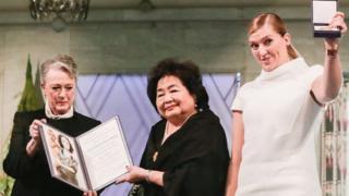 Beatrice Fihn (a la derecha) junto a Berit Reiss-Andersen, del comité del Nobel, y Setsuko Thurlow.