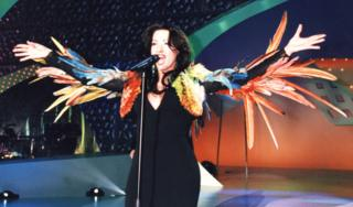 Выиграв конкурс в 1998 году, израильская певица-трансгендер Дана Интернэшнл исполнила победную песню в платье с перьями от дизайнера Жан-Поля Готье