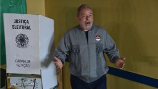 Luiz Inácio Lula da Silva en el centro de votación