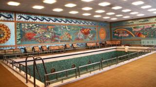 Çavuşeskular'ın Bahar Sarayı'ndaki kapalı yüzme havuzu.