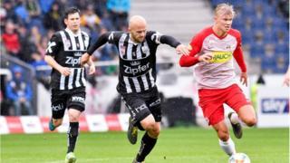 Erling Haaland (en rouge), lors d'un match de son club, le Red Bull Salzbourg, contre le LASK, en Bundesliga.