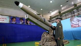 وزير الدفاع الإيراني يشهد نموذجا لصاروخ إيران